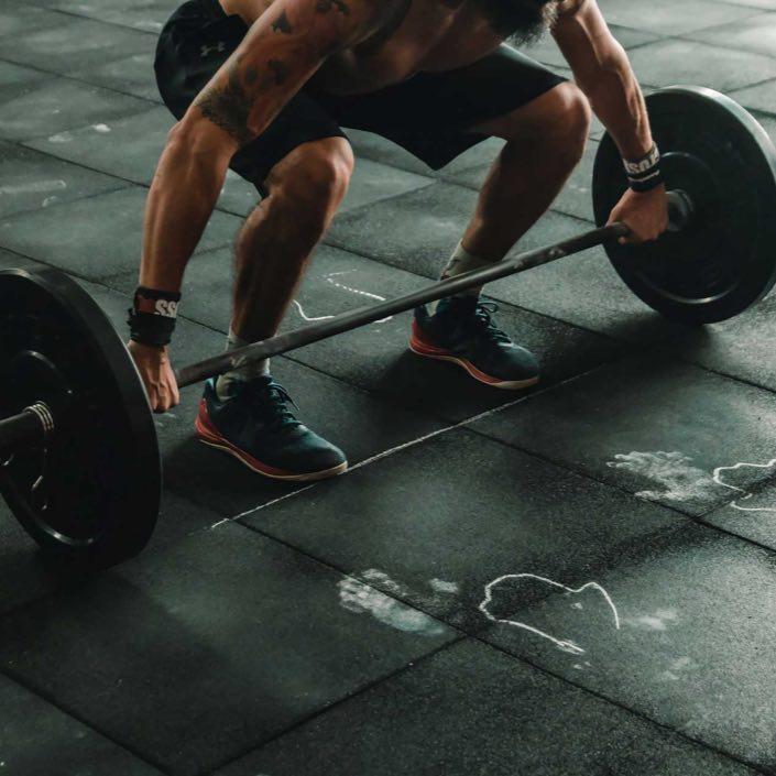 row-6-man-lifting-at-the-gym